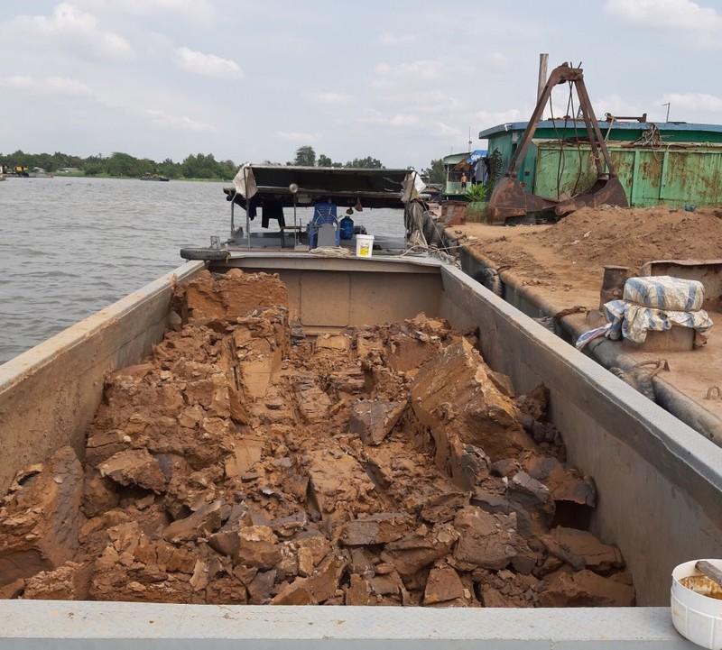 Cần Thơ: bắt 7 sà lan khai thác đất sét trên sông Hậu - ảnh 2