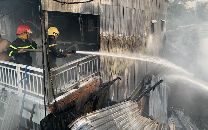 An Giang: Hỏa hoạn thiêu 8 căn nhà trong hẻm  - ảnh 1