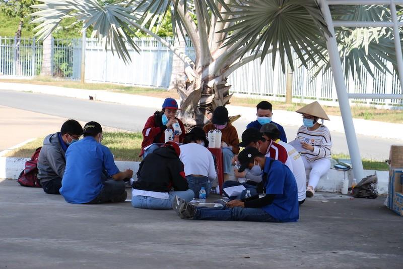 Sinh viên trường y ở Cần Thơ đội nắng hỗ trợ chống dịch - ảnh 7