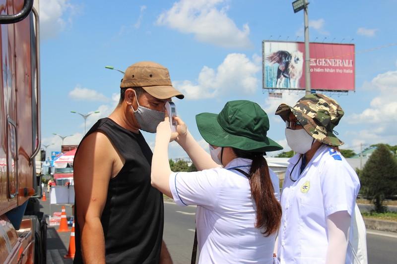 Sinh viên trường y ở Cần Thơ đội nắng hỗ trợ chống dịch - ảnh 2