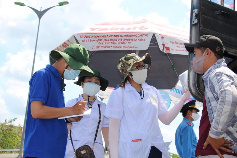 Sinh viên trường y ở Cần Thơ đội nắng hỗ trợ chống dịch - ảnh 3