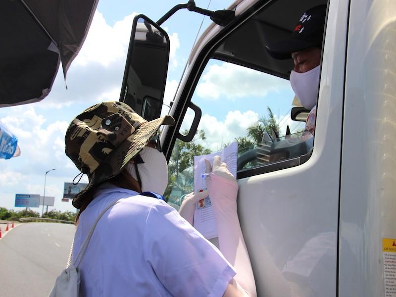 Sinh viên trường y ở Cần Thơ đội nắng hỗ trợ chống dịch - ảnh 4