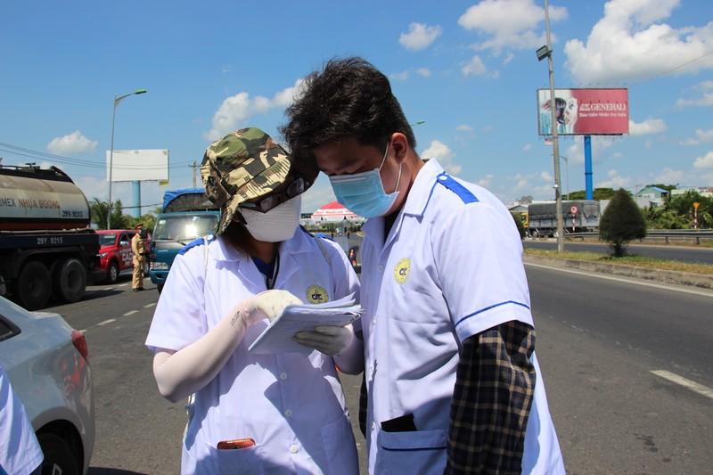 Sinh viên trường y ở Cần Thơ đội nắng hỗ trợ chống dịch - ảnh 5