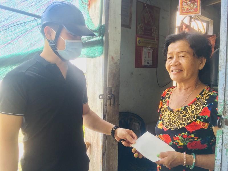 Báo Pháp Luật TP.HCM tặng quà cho người bán vé số ở Cần Thơ - ảnh 1
