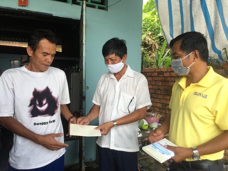 Báo Pháp Luật TP.HCM tặng quà cho người bán vé số ở Cần Thơ - ảnh 2