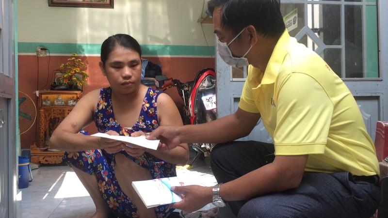 Báo Pháp Luật TP.HCM tặng quà cho người bán vé số ở Cần Thơ - ảnh 3