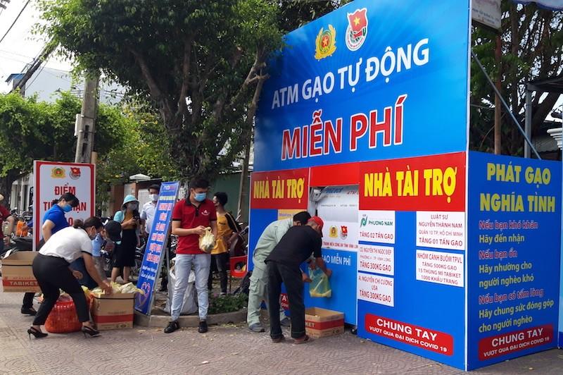 Công an Vĩnh Long lắp đặt ATM gạo hỗ trợ người khó khăn - ảnh 1