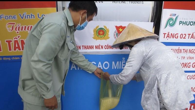 Công an Vĩnh Long lắp đặt ATM gạo hỗ trợ người khó khăn - ảnh 2