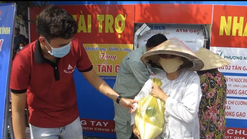 Công an Vĩnh Long lắp đặt ATM gạo hỗ trợ người khó khăn - ảnh 6