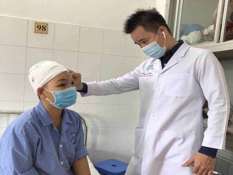 Sơ ý khi cắt rau, người phụ nữ bị lóc toàn bộ da đầu - ảnh 2