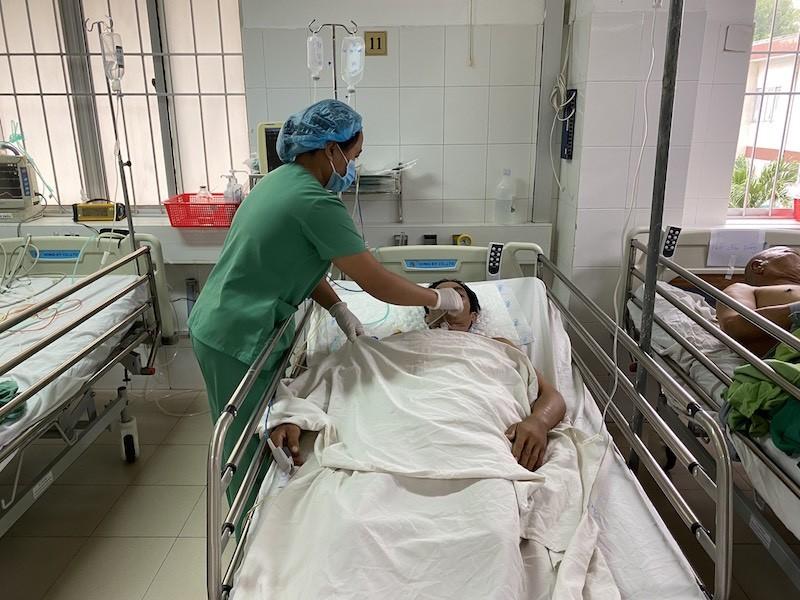 2 người bị đâm thấu bụng nguy kịch được cứu nhờ báo động đỏ - ảnh 1