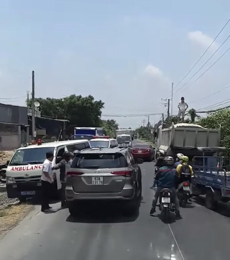 Công an xác minh ô tô 7 chỗ lấn đường 2 xe cấp cứu - ảnh 1