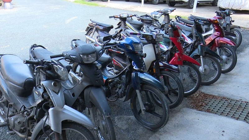 Thấy công an, 12 người chở thuốc lá lậu vứt xe máy bỏ chạy - ảnh 2
