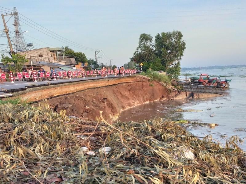 1 đoạn QL91 sụp xuống sông Hậu, khẩn cấp di dời 27 hộ dân - ảnh 1