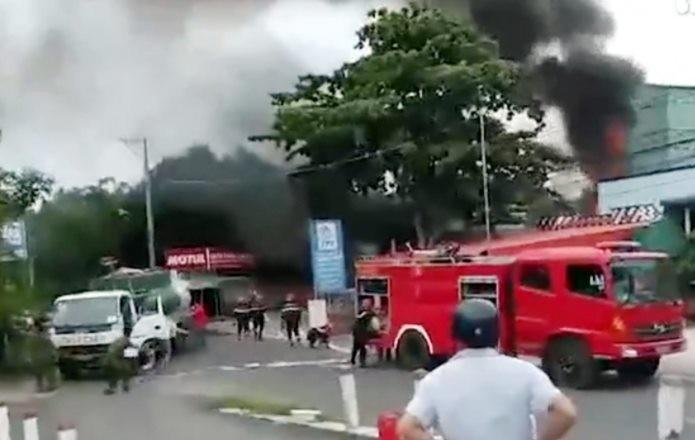 Xe bồn cháy dữ dội tại trạm xăng, 3 người thương vong - ảnh 1
