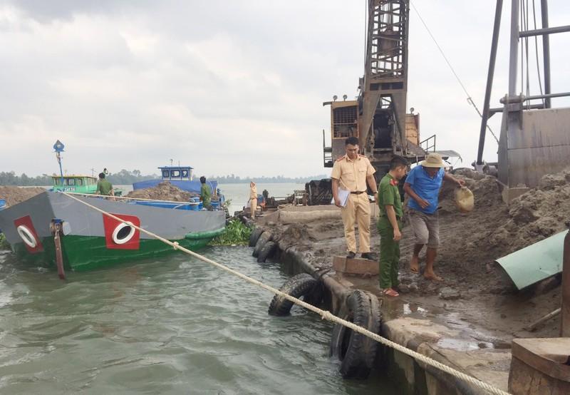 1 công ty khai thác cát trái phép trên sông Tiền - ảnh 2