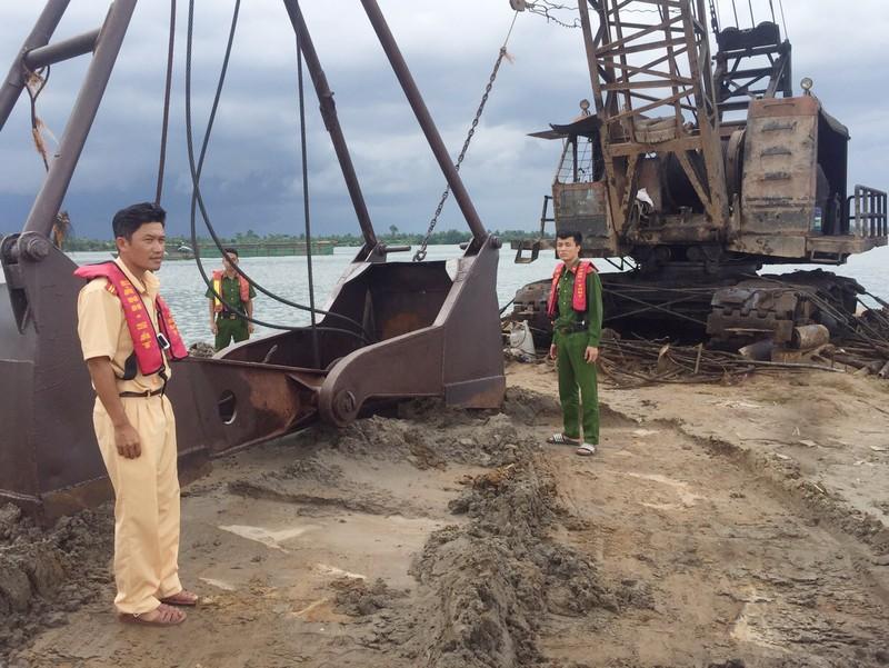 1 công ty khai thác cát trái phép trên sông Tiền - ảnh 1