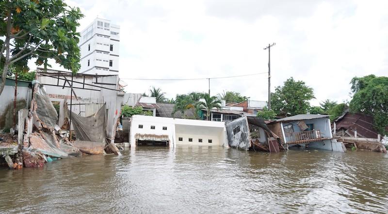 5 căn nhà đồng loạt sụp xuống sông Cần Thơ - ảnh 4