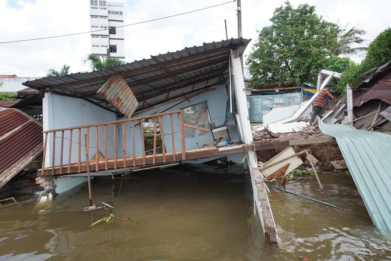 5 căn nhà đồng loạt sụp xuống sông Cần Thơ - ảnh 5