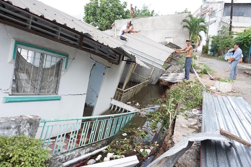 5 căn nhà đồng loạt sụp xuống sông Cần Thơ - ảnh 2