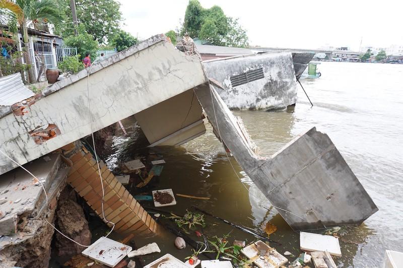 5 căn nhà đồng loạt sụp xuống sông Cần Thơ - ảnh 3