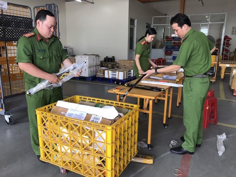 An Giang: Thu giữ nhiều hung khí gửi qua đường bưu điện - ảnh 1