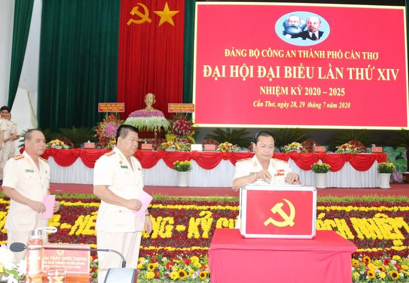 Thiếu tướng Lê Tấn Tới dự Đại hội Đảng bộ Công an Cần Thơ - ảnh 1