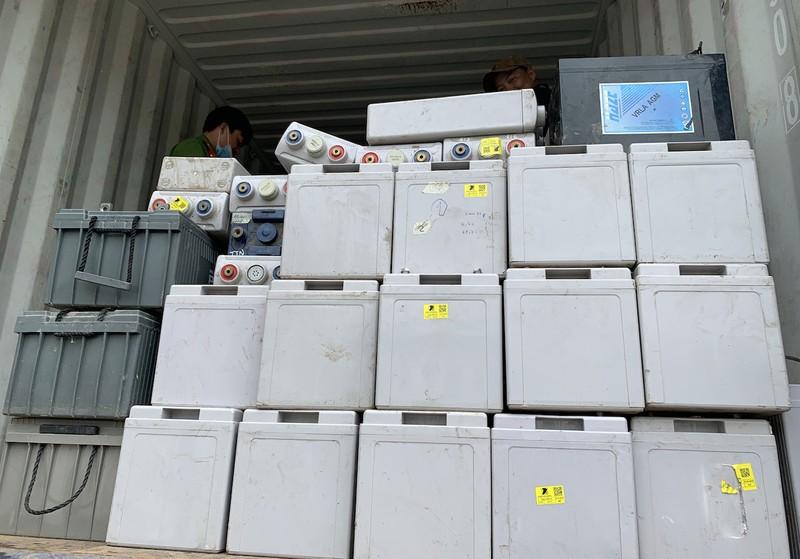 An Giang: Bắt 2 xe vận chuyển 28 tấn chất thải nguy hại - ảnh 1