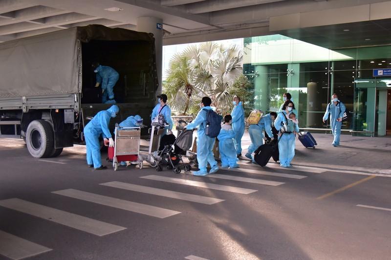 309 công dân Việt Nam từ Singapore nhập cảnh ở sân bay Cần Thơ - ảnh 2