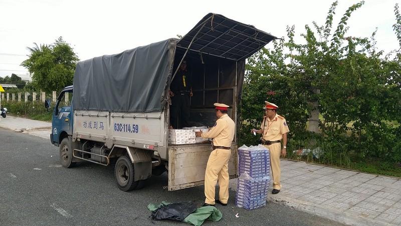 Thấy công an, tài xế bỏ chạy để lại xe tải đầy thuốc lá - ảnh 2