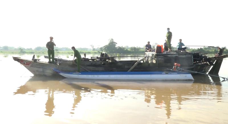 An Giang: Bắt 4 ghe hút trộm cát tại sông Tiền và sông Hậu - ảnh 1