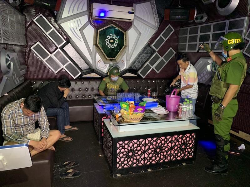 Khách và nhân viên chơi ma túy trong quán karaoke - ảnh 1