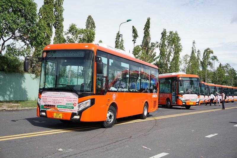 Xe buýt chuẩn bị đưa vào khai thác và xe buýt cũ trước đó. Ảnh: HD 1