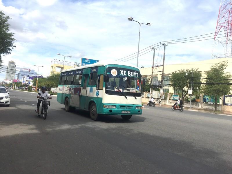 Xe buýt chuẩn bị đưa vào khai thác và xe buýt cũ trước đó. Ảnh: HD 2