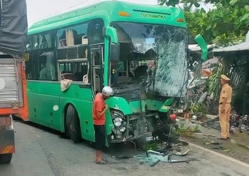 6 người trên ô tô khách bị thương sau va chạm với xe bồn  - ảnh 1