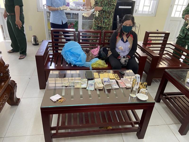 1 phụ nữ nghi vận chuyển 5 kg vàng lậu vào Việt Nam - ảnh 1