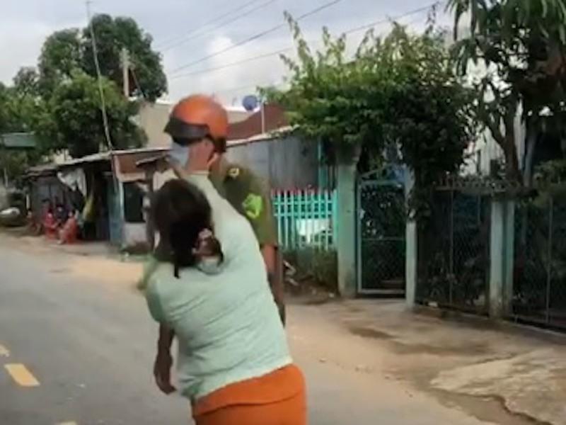 Chồng bị lập biên bản, vợ xông đến chửi và đánh công an - ảnh 2