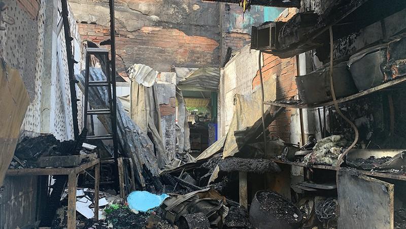 Cảnh sát kịp cứu 5 người kẹt trong đám cháy dữ dội  - ảnh 1