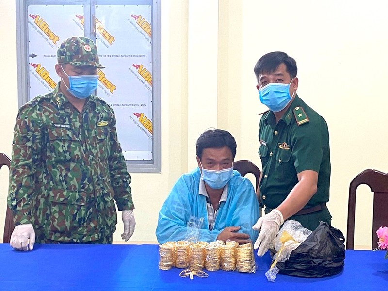 Chở 2,2kg nữ trang sang Campuchia thì bị biên phòng bắt giữ - ảnh 1