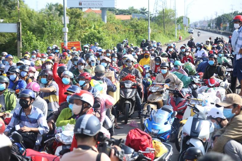Cần Thơ sẽ đón người về quê tự phát đang bị kẹt ở Long An, Tiền Giang - ảnh 1