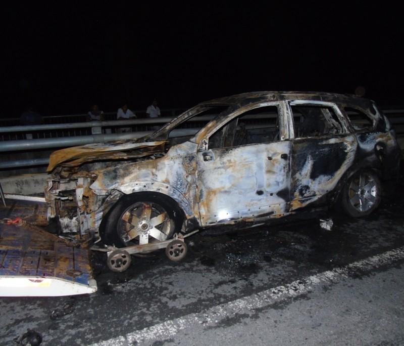 Ô tô phát hỏa trên cầu, 3 người thoát chết - ảnh 1