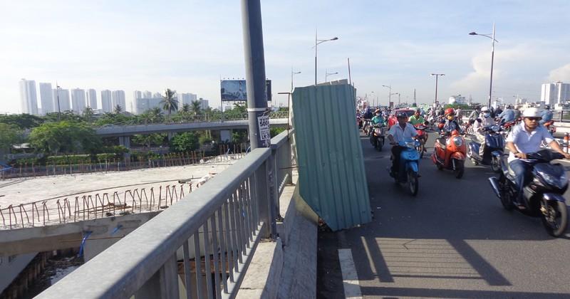 30-6, thông xe hai nhánh rẽ lên xuống cầu Nguyễn Văn Cừ - ảnh 1