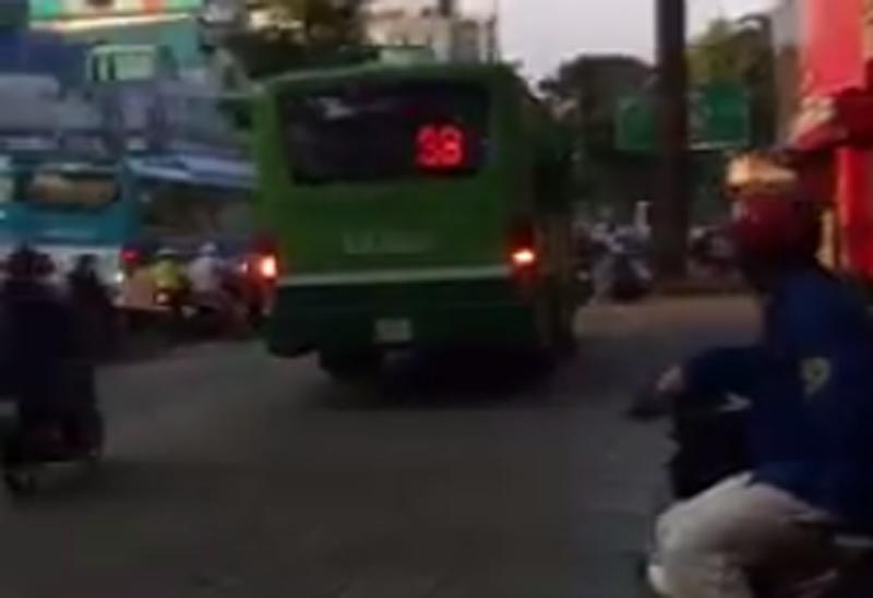 Đình chỉ tài xế lái xe buýt leo lề giữa trung tâm TP - ảnh 1