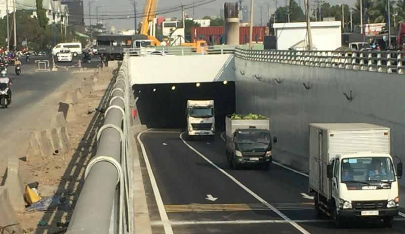 Phóng sự ảnh: Sắp thông xe hàng loạt cầu vượt, hầm chui - ảnh 1