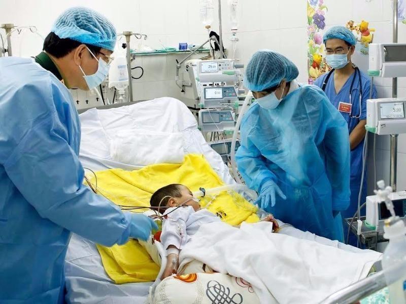 Bộ trưởng y tế thăm bệnh nhi được ghép phổi