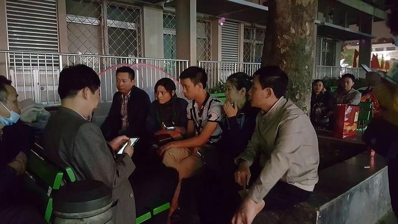 Người nhà nạn nhân (ngồi giữa) đang kể với phóng viên sự việc vào tối 6-3