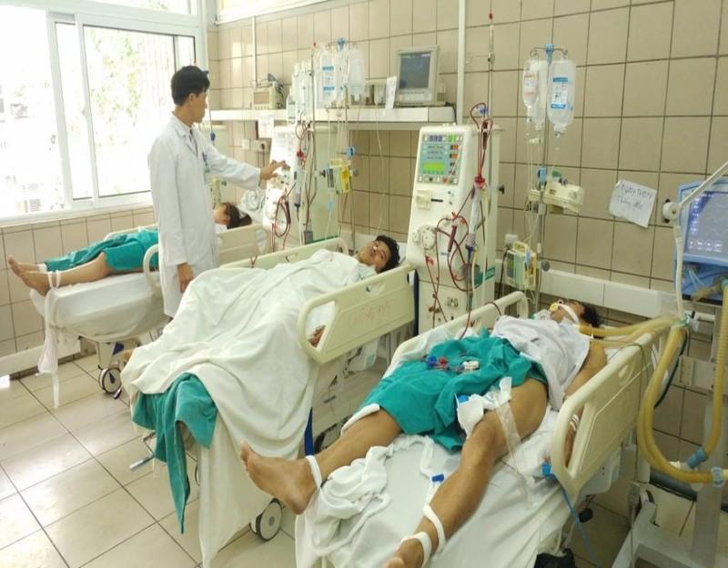Các bệnh nhân đang được cấp cứu tại Trung tâm chống độc chiều 10-3.