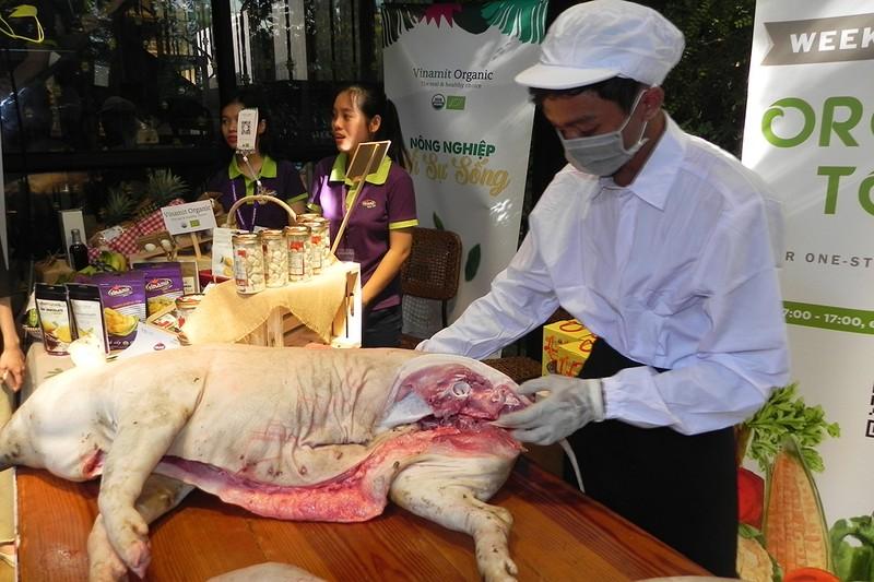 Heo rừng, gà… nuôi kiểu Mỹ  ra chợ tết Việt - ảnh 2