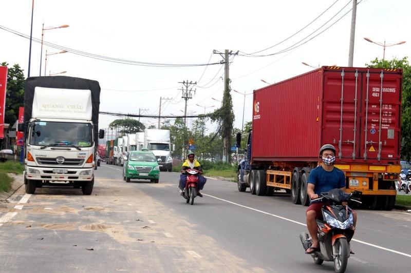 Container 'tung hoành' ở đường song hành Xa Lộ Hà Nội - ảnh 1