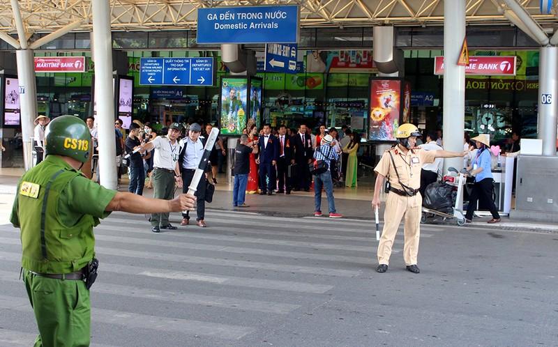 Taxi không có phù hiệu còn chèo kéo khách ở sân bay - ảnh 3
